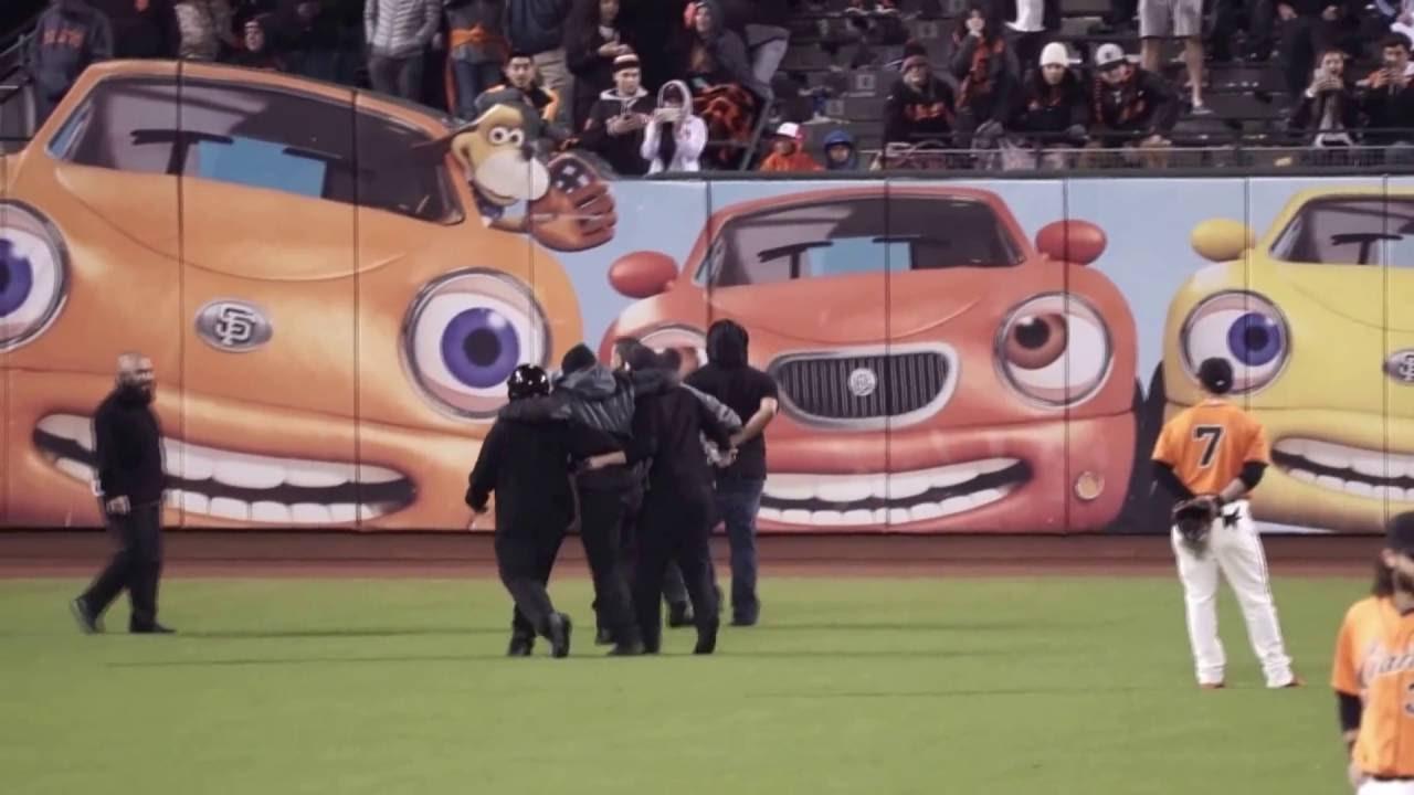 Giants fan on field breaks security guard's leg - YouTube