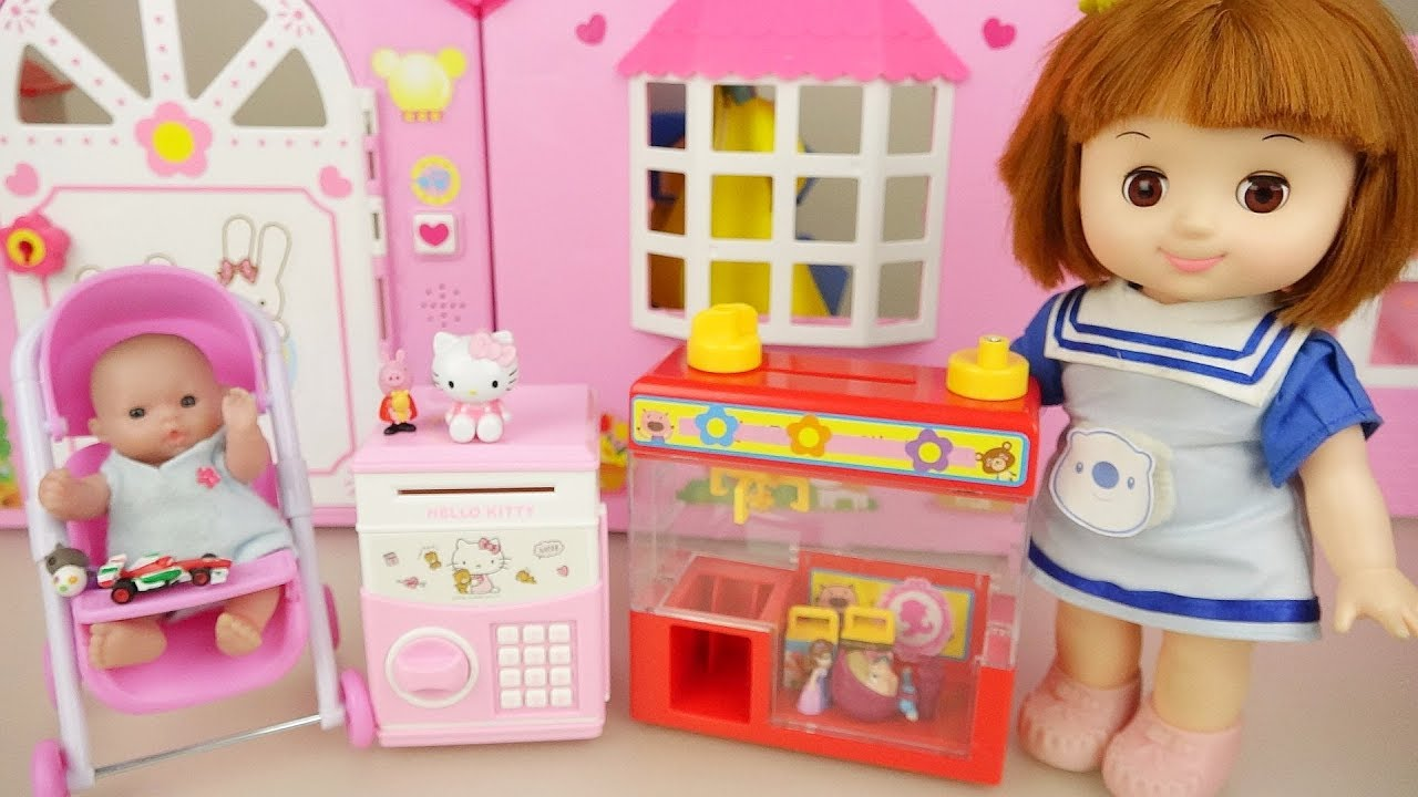 Baby doll and Hello kitty surprise vending machine toys play