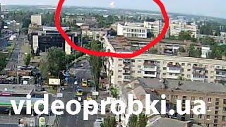 Момент взрыва на горящей нефтебазе под Киевом с камеры видеонаблюдения(Видео с камеры http://videoprobki.ua/camera/134-sevastopolskaya-ploshchad Сегодня утром во вторник, 9 июня на горящей нефтебазе под..., 2015-06-09T10:37:58.000Z)