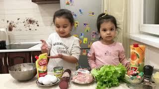 Дети готовят салат