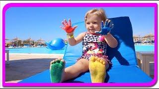 Anabella s-a desenat pe mâini și picioare. Culorile - Cântece pentru copii cu Anabella Show