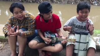 Download Video pengamen jalanan nyanyi lagu goyang dumang asiikk!!!!! MP3 3GP MP4