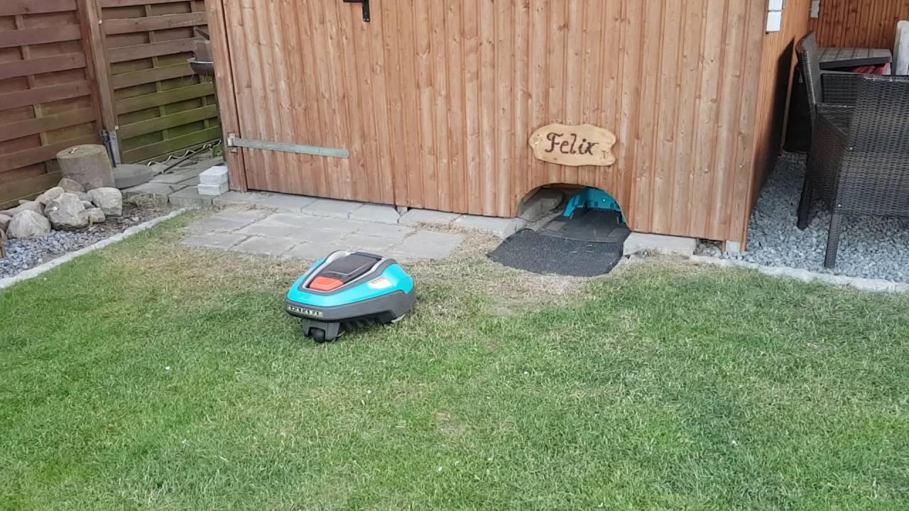 Mhroboter Gardena R70li (Felix) parkt in seine Garage ein ...