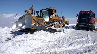 А-Сервис - Cat D7 подтягивает тягач с модульной подстанцией, зимник Певек-Билибино