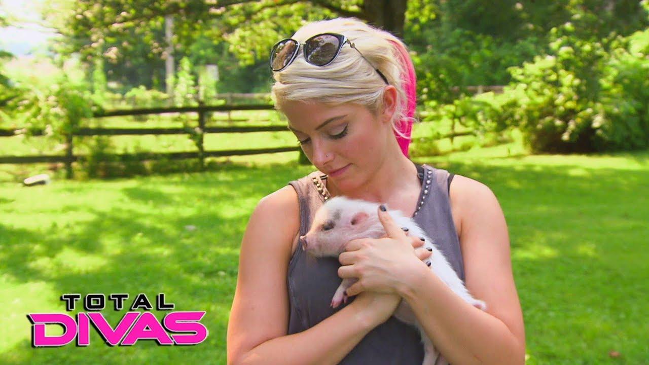 Alexa Bliss and Nia Jax visit a pig farm: Total Divas, Dec. 6, 2017