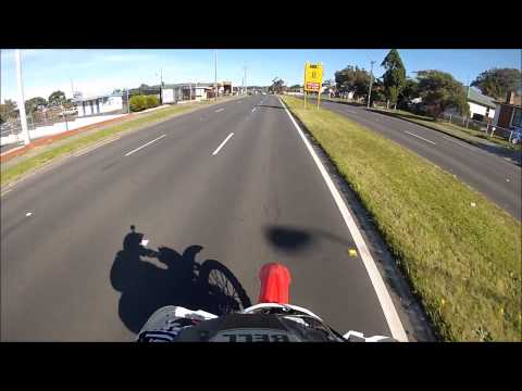 AUSSIE police pull infront of me for going through yellow lightt
