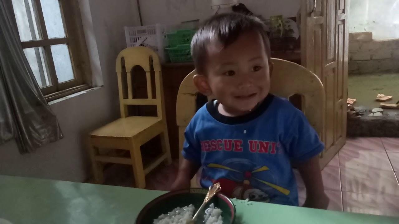 Anak kecil lucu makan... Agam serkhan ramadan