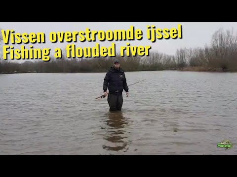 Vissen in de ijssel met hoog water. Fishing in a river with