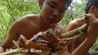 Slingshot Hunting Chicken In The Forest And Cook It For Lunch
