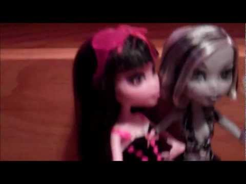 Monster High Babysitting with Frankie and Draculaura (R.I.P Draculaura?!?!)