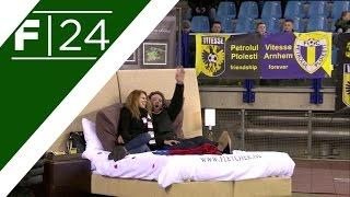 بالفيديو.. لاعب هولندى يشاهد مع صديقته مباراة فريقهما على سرير داخل الملعب