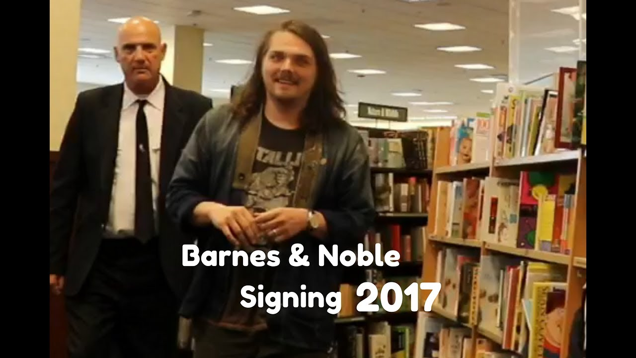 Gerard Way Signing At The Barnes Noble Grove 2017 Youtube