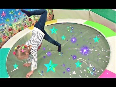 Алиса играет с девочками !! Классная ДЕТСКАЯ ПЛОЩАДКА