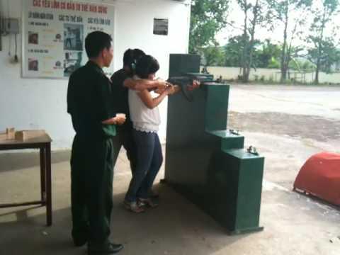VIETNAMESE GIRL PRATICES AK 47...EM TAP BAN SUNG.