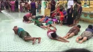 မြန္ျပည္နယ္ က်ဳိက္မေရာဘုရားမွာ နဂါးသိုက္က နဂါးမ်ားလူေတြကိုဝင္းပူးျပီး ဆရာေတာ္ကို ပူေဇာ္ေနေသာ ရုပ္သံ