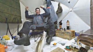 ОДИН НА ЛЬДУ. рыбалка с ночёвкой. ЛЕСКА ТРЕЩИТ ОТ НАЛИМОВ