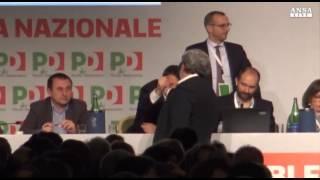 Stretta di mano Emiliano-Renzi all