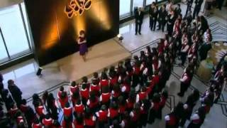 Асма Аль-Асад вручает награду священнику Ильясу З.