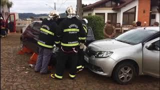 Ka corta preferencial e causa acidente, na Vila Paraíso, em Caçador