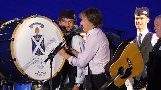 Baixar Paul McCartney signs bass drum of the Scotch College Melbourne Pipe Band at AAMI Park - 06-12-2017