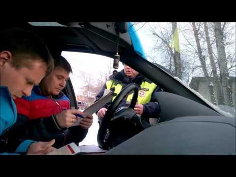 Инспектор ДПС зачитывает ст. 25.1 КоАП РФ и ст. 51 Конституции РФ