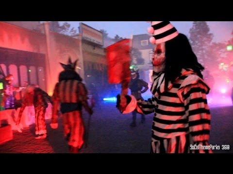 [HD] Creepy Killer Clowns Scare Zone at Halloween Horror Nights 2013 - Hollywood