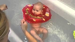 Купание малыша в ванной с кругом