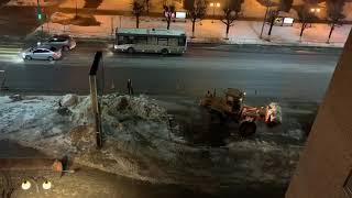 В центре Серпухова среди ночи убирают снег.