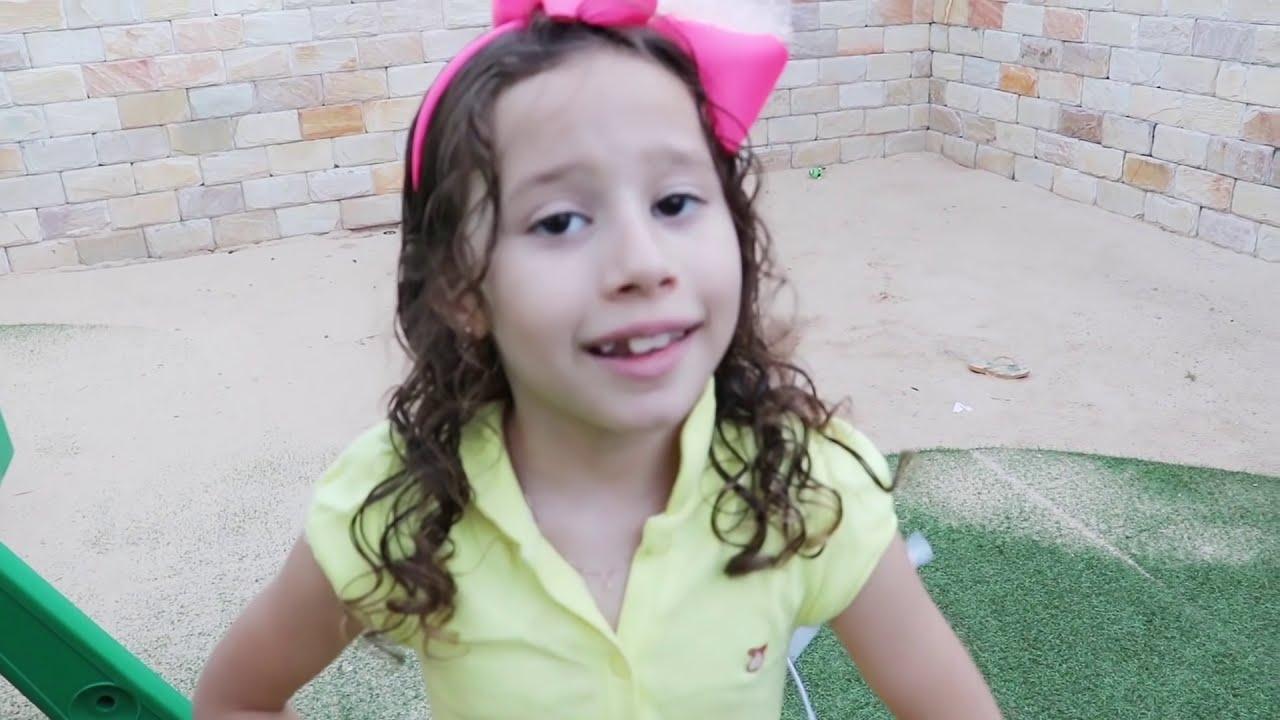 Valentina e seu irmão querem a mesmo hot dog de brinquedo