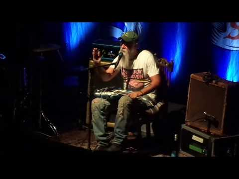 Seasick Steve gets pissed off before playing Gentle on my mind by John Hartford