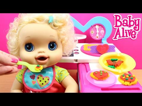 La Bebé Baby Alive Clara come pizza y pasta y hace popó de colores | Comiditas Baby Alive