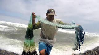 vuclip Pescador con mucha suerte atrapa el tesoro de pez (Lenguado) en su red