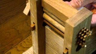 綿繰り機を使って、綿と種を分ける様子です。 http://www.bolly.jp/o002/