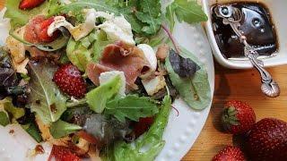 Летний салат с сыром и клубникой