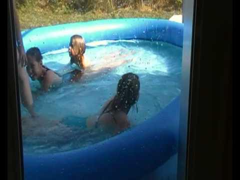 Filles clignotantes leurs seins à la piscine