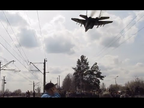 Ukrainian MiG fighter jet in extremely low fly-by buzzes Kramatorsk locals