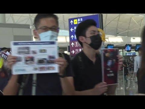 「レ・ミゼラブル」の劇中歌「民衆の歌」を歌いながら香港国際空港を行進するデモ参加者たち