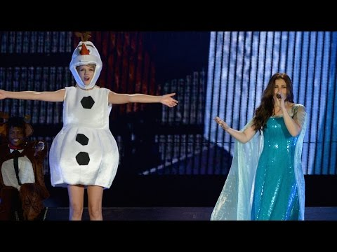 "Taylor Swift & Idina Menzel Perform ""Let It Go"" During 1989 Tampa Show"