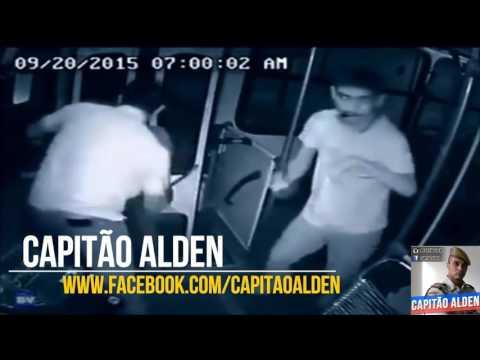 Passageiro portador de necessidades especiais ajuda a frustrar um assalto ao ônibus