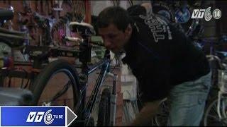 Lạ: Tây hành nghề sửa xe đạp ở Hà Nội   VTC