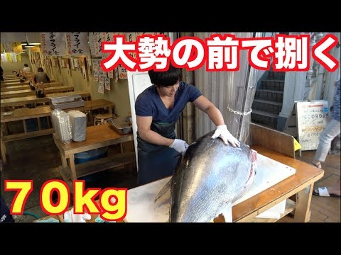 沢山のお客がいる前で70kgの超巨大マグロ捌いたら中からとんでもない宝が!!!