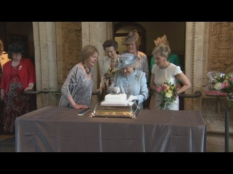 Queen Struggles To Cut Cake At WI Celebration