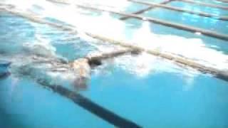 ピーナッツパドルをつけてバタフライを泳ぎました。
