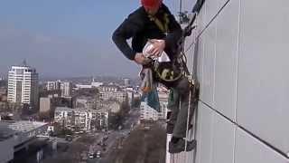 видео Мойка фасадов зданий альпинистами