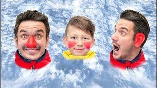 سينيا وأبي يلعبان كرات الثلج. فيديو للأطفال