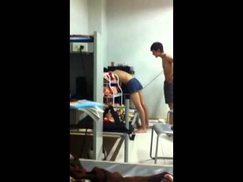 1 bé bị hiếp dâm :))