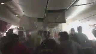 فيديو.. ركاب الطائرة الإماراتية يبحثون عن أمتعتهم رغم احتراق جناحها