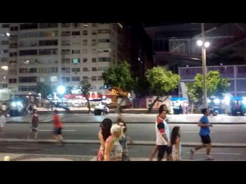 Visão da orla de Copacabana, Rio de Janeiro, à noite
