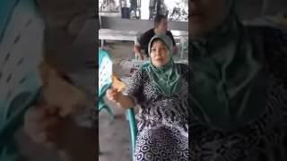 Ibu bakar gorengan berplastik di depan penjual, penjual marah-marah