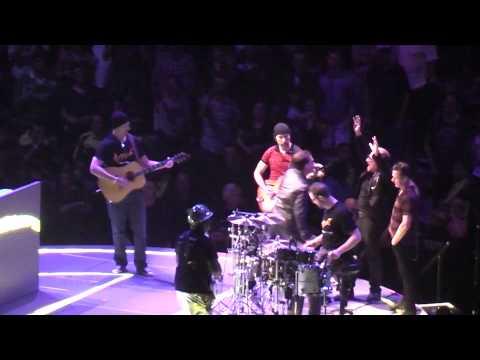U2 invites tribute band Acrobat, Jessica and Stepanie on stage Toronto